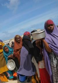Mulheres e crianças fazem fila para receber comida em centro de distribuição em Mogadício, na Somália.