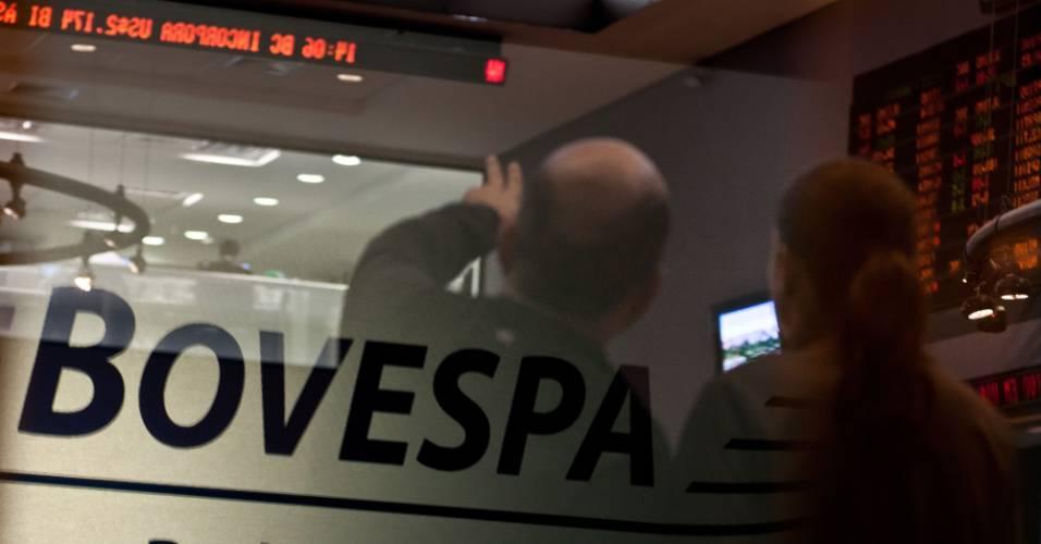 Visitantes observam os painéis da Bovespa (Bolsa de Valores de São Paulo)
