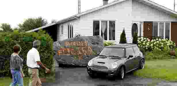 Presente criativo: uma rocha de 20 toneladas com uma mensagem fofa escrita em laranja! - Reprodução/Metro.co.uk