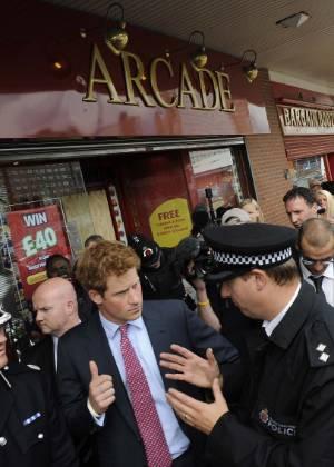 O príncipe Harry durante visita ao subúrbio de Manchester, palco de distúrbios na semana passada