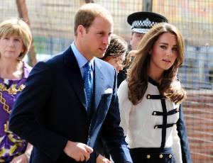 O príncipe William e a mulher, Kate, durante visita ao centro Birmingham, na Inglaterra, uma das cidades que foi palco de distúrbios na última semana