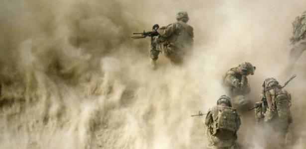 Soldados americanos se protegem de nuvem de areia levantada por helicóptero de resgate de feridos no Afeganistão