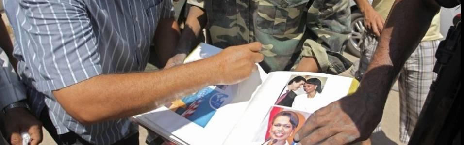 Rebeldes folheiam álbum de fotos da Condoleezza Rice encontrado dentro do complexo militar de Muammar Gaddafi