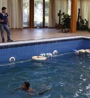 Rebeldes se divertem na piscina da casa da filha de Muammar Gaddafi