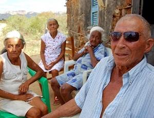 """Luiz Costa Oliveira, 90, ao lado das """"três Franciscas"""" - mulher, cunhada e sogra - com quem teve 33 filhos"""