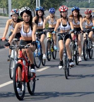 Dia Mundial Sem Carro: garotas andam de bicicleta na China