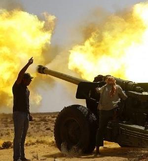 Integrantes do Conselho Nacional de Transição (CNT) da Líbia lançam bombas contra as forças leais ao ditador Muammar Gaddafi em Sirte, um dos dois últimos redutos do regime deposto