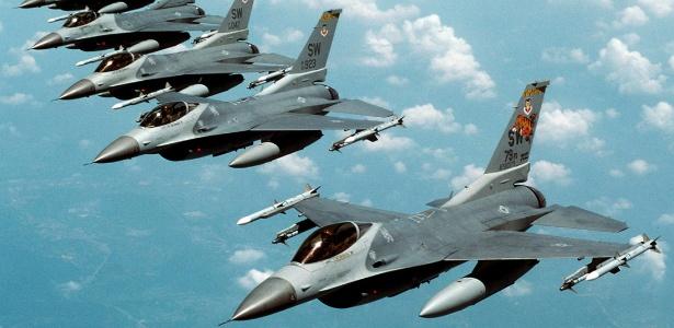 Caças F-16 da Força Aérea dos EUA; o governo do Iraque assinou a compra de 18 unidades
