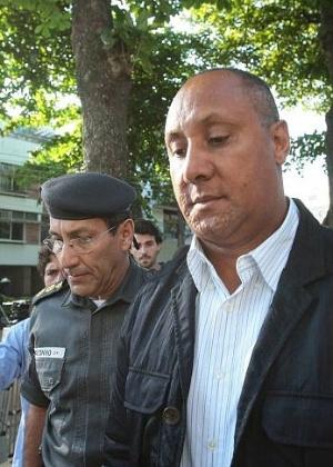 Ex-comandante do 7º BPM de São Gonçalo (RJ), Cláudio Luiz Oliveira, acusado de ter planejado o assassinato da juíza Patrícia Acioli se apresenta na Delegacia de Homicídios, no Rio de Janeiro, após ter prisão decretada