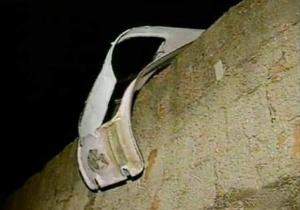 Porta de avião cai sobre duas casas em Anápolis (GO); ninguém se feriu
