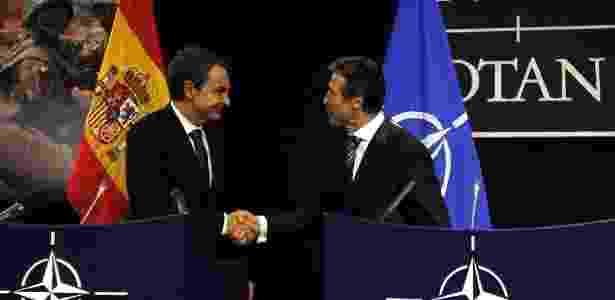 José Luis Zapatero aperta a mão de Anders Fogh Rasmussen após acordo sobre a base de Rota - Yves Herman/Reuters