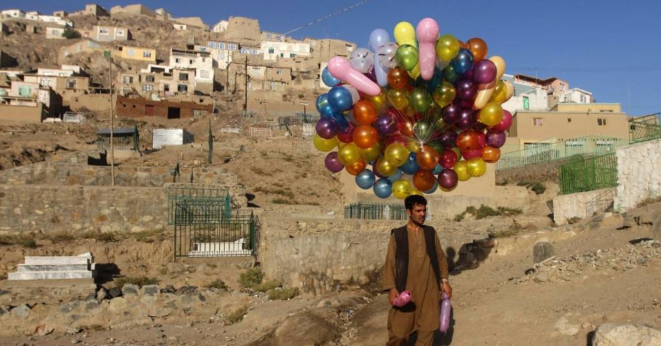 Homem vende balões em Cabul, no Afeganistão
