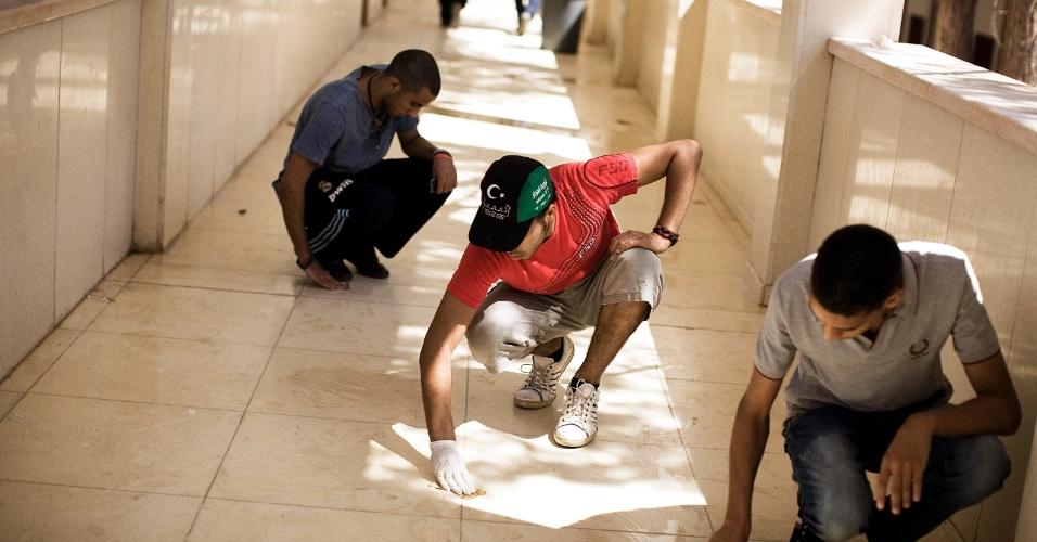 Estudantes limpam o campus da Universidade de Trípoli, na Líbia