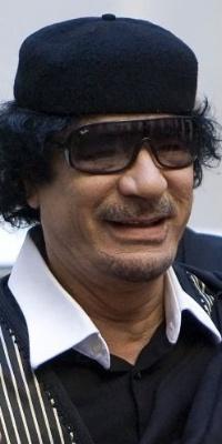 Muammar Gaddafi é cumprimentado pelo primeiro-ministro italiano Silvio Berlusconi (esq.) em Roma 10.jun.2009