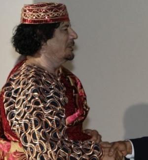 O presidente dos EUA, Barack Obama, cumprimenta o ditador líbio Muammar Gaddafi (esq.) antes de um jantar do G8 em Áquila, na Itália