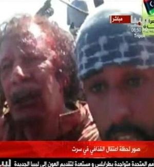 Reprodução de imagem da TV árabe mostra que o ex-ditador Muammar Gaddafi discutiu ao ser capturado por rebeldes líbios em Sirte
