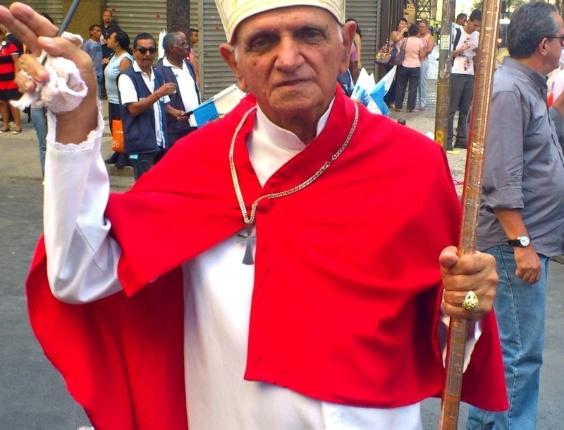 Sósia do papa Bento 16 participa de passeata contra a divisão dos royalties, no Rio