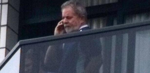 12.nov.2011 - O ex-presidente Luiz Inácio Lula da Silva aparece na sacada de seu apartamento em São Bernardo do Campo (SP)