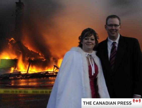 Casal posa para foto diante de local do casamento em chamas, no Canadá