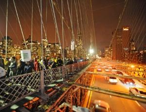 Manifestantes do Ocupe Wall Street caminham pela Ponte do Brooklyn