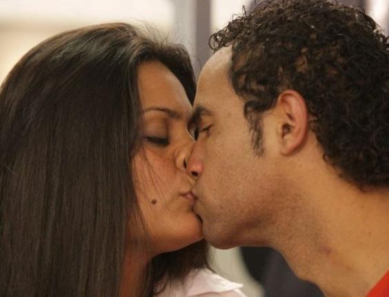 Ingrid Calheiros Oliveira, noiva do goleiro Bruno Souza, beija o companheiro durante depoimento na Comissão de Direitos Humanos da Assembleia Legislativa de Minas Gerais