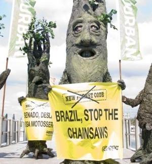 Ativistas do Greenpeace vestidos de árvores protestam contra o desmatamento da Amazônia, em Durban, na África do Sul