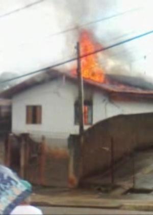 Casa é destruída depois de ser atingida por um raio em Votorantim (SP)