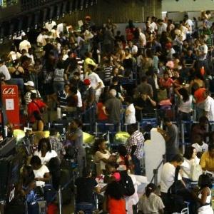 Movimentação intensa de passageiros no saguão do Aeroporto Internacional de Guarulhos (Cumbica), em São Paulo, às vésperas do Natal de 2011 - Luis Moura/AE/AE