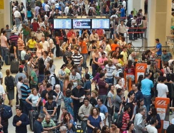 Movimentação é intensa no Aeroporto Santos Dumont, no centro do RJ; Vinte voos precisaram ser transferidos para o Aeroporto Internacional Antônio Carlos Jobim