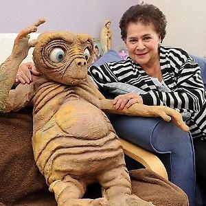 """O ET britânico e a simpática Margaret Wells (à direita) - """"Metro""""/Reprodução"""