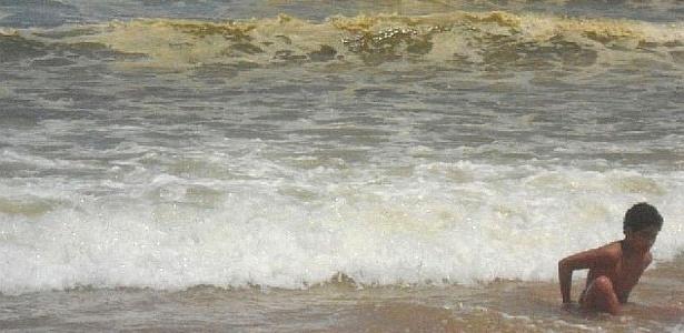 Manchas escuras na água do mar assustam turistas nas praias de Fortaleza -  08 01 2012 - UOL Notícias e46df715a7
