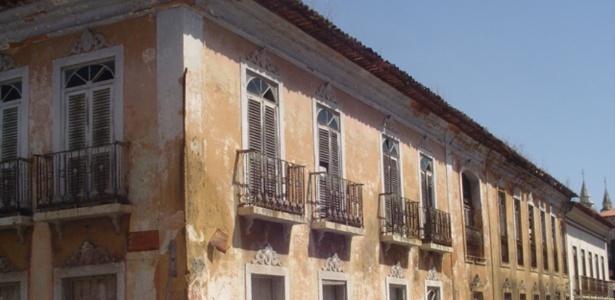 Casarão localizado na rua do Giz, no centro histórico de São Luís (MA), não apresentava problemas aparentes, mas parte do telhado desabou