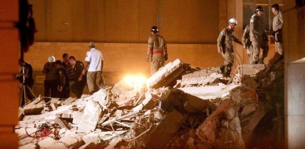Bombeiros trabalham no local onde três prédios desabaram; VEJA MAIS FOTOS