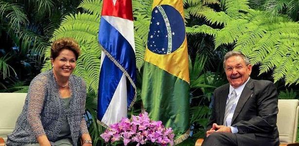 Dilma posa para foto ao lado do presidente de Cuba, Raúl Castro, durante sua primeira visita ao país