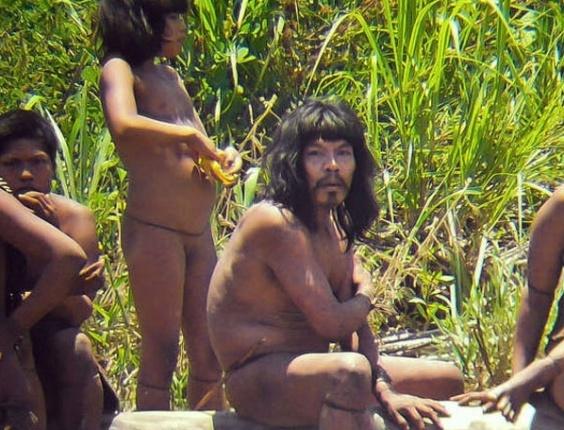 A ONG Survival International divulgou fotos inéditas de uma das 100 tribos isoladas do mundo. Os Mascho-Piro vivem no Parque Nacional de Manú, no sudeste do Peru
