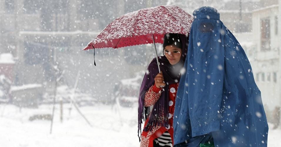 Mulheres caminham sob tempestade de neve em Cabul, no Afeganistão