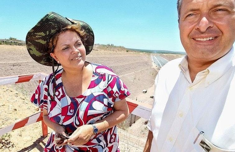 Presidente Dilma Rousseff e o governador de Pernambuco, Eduardo Campos, durante vistoria às obras do lote 13 e do canal de aproximação em Floresta (PE)