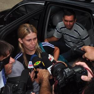 Mãe de menina atropelada por jet ski chega para depor em delegacia de Bertioga (SP)