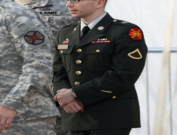 Bradley Manning é escoltado até a corte para julgamento em fevereiro de 2012