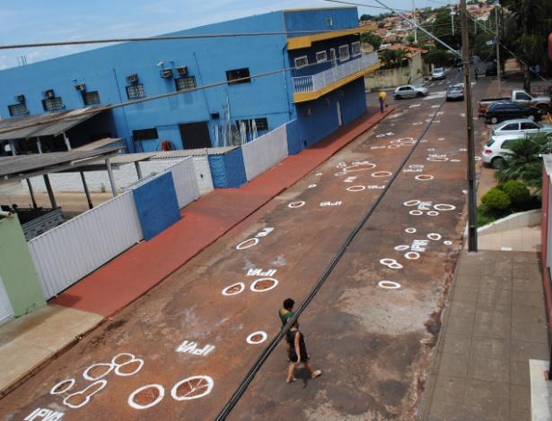 Moradores de cidade mineira pintaram buracos de rua como forma de protestar