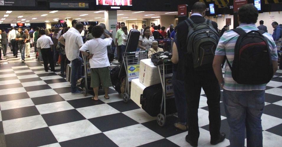 Falha no sistema de check-in da TAM provoca filas no aeroporto de Congonhas, na zona sul de São Paulo. Segundo a Infraero, o check-in estava sendo feito manualmente, com papel e caneta