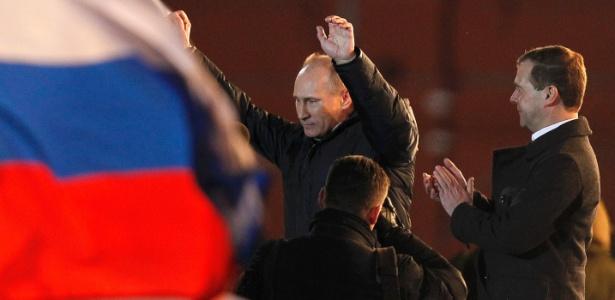 Aplaudido pelo atual presidente e aliado, Dmitri Medvedev, o premiê Putin comemora vitória nas eleições