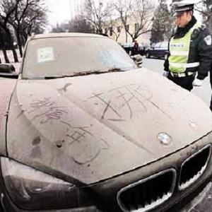 De acordo com a polícia de Beijing, na China, uma BMW X1 zero quilômetro, está estacionada há um ano em uma rua da cidade, cheia de poeira. - Reprodução/China Smack