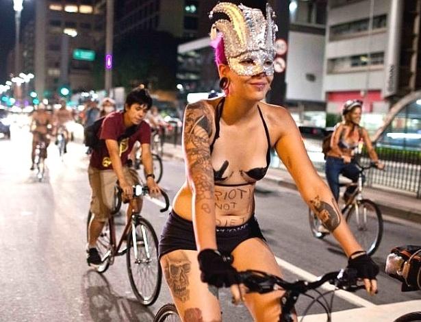 Ciclistas fazem protesto sem roupa
