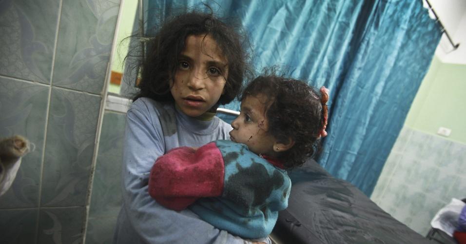 Meninas palestinas chegam a hospital de Beit Lahia, na Faixa de Gaza