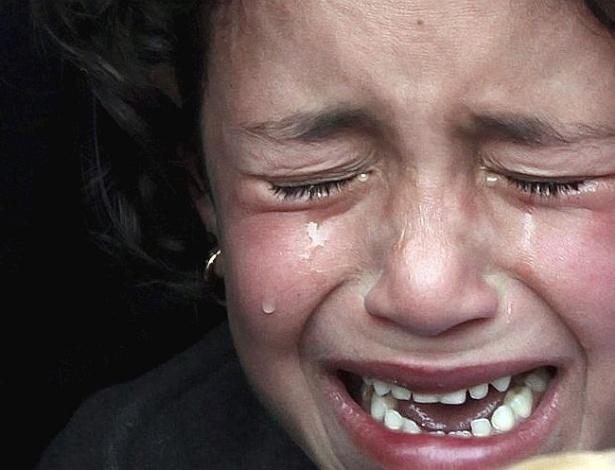 Palestina Rana chora a morte de seu irmão Asalia Ayub durante funeral na cidade de Jabalia, na faixa de Gaza. Asalia foi atingido por um míssil israelense em seu caminho para a escola