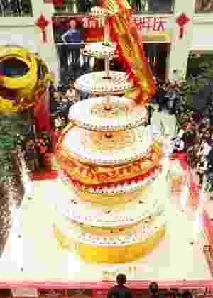 Mais de 20 chefs fazem bolo mais alto do mundo de oito metros de altura, na China - Reprodução/Metro