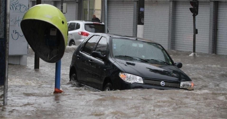 10.fev.2012 - Chuva causa alagamento na rua José Zappi, na Vila Prudente, na zona leste da cidade de São Paulo, nesta sexta- feira (10). Toda a cidade entrou em estado de atenção no fim da tarde desta de hoje por causa de temporal. Veja aqui mais fotos de chuvas pelo Brasil