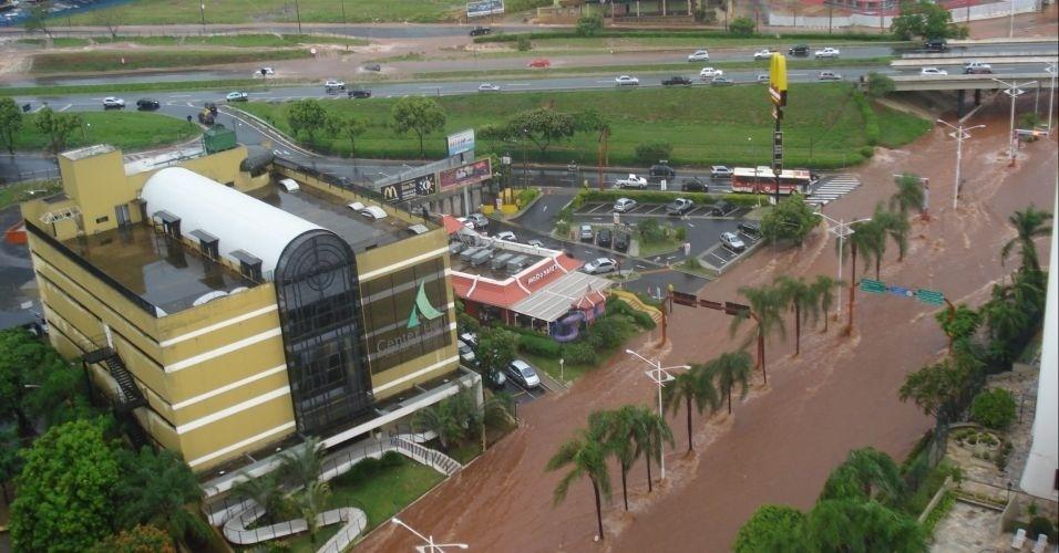 10.mar.2012 - Temporal provoca alagamento e arrasta carros em São José do Rio Preto (SP), neste sábado