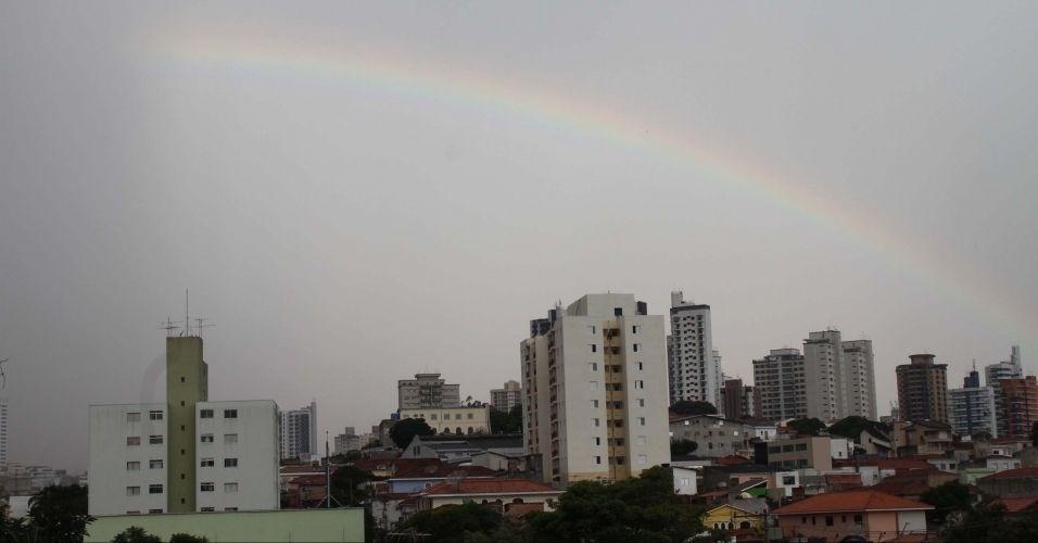 12.mar.2012 - Arco-íris aparece no céu de São Paulo na tarde desta segunda após forte chuva na cidade